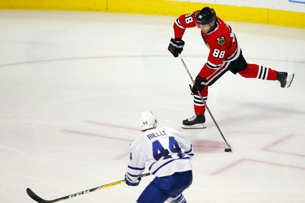 Patrick Kane (vpravo) strieľa gól do siete Toronta Maple Leafs.