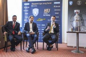 Tlačovej konferencie sa okrem Lintnera zúčastnili aj predseda predstavenstva generálneho partnera súťaže Tipsport SK Jaroslav Taraba (vľavo) a riaditeľ podnikovej a marketingovej komunikácie Slovnaft a.s. Anton Molnár.