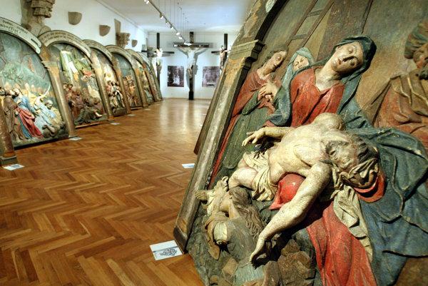 Originály reliéfov sú súčasťou expozície Kalvária v azyle v priestoroch Starého zámku. V kaplnkách sú dnes ich repliky.