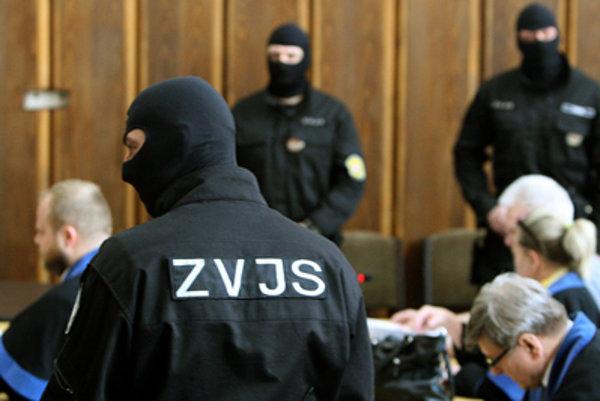 Členov zločineckej skupiny súdia za prísnych bezpečnostných opatrení.