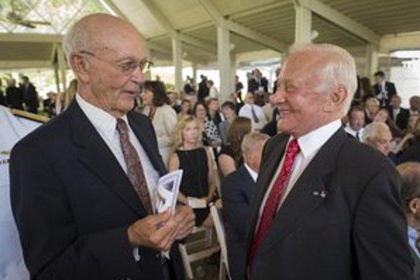 "Michael Collins (vľavo) a Edwin ""Buzz"" Aldrin na rozlúčke s astronautom Neilom Armstrongom."