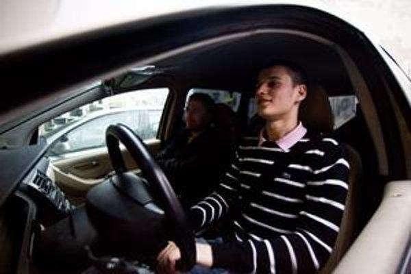 Dozor zostane s mladým vodičom aj po opustení autoškoly, znie pracovná verzia zmeny predpisov.