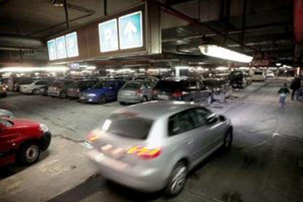 Podzemné aj povrchové garáže Auparku sú preplnené.⋌FOTO SME – TOMÁŠ BENEDIKOVIČ