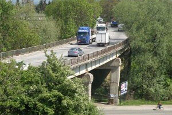 """Most pri celulózke je v katastrofálnom stave. Cestári tento rok chystajú opravu a vodičom """"sľubujú"""" kolóny."""