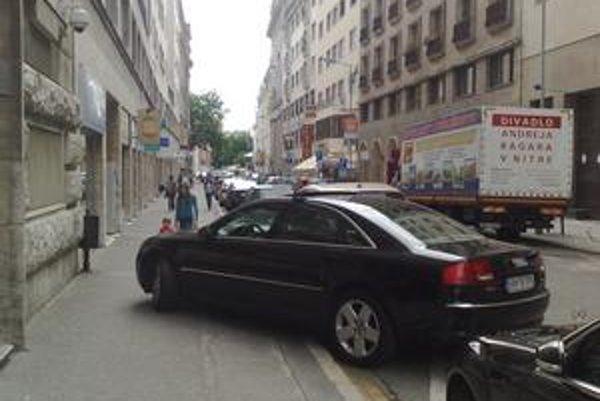 Takto parkovalo auto Generálnej prokuratúry.
