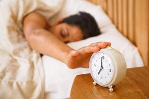 Vstávanie bez budíka vedie podľa vedcov k spokojnejšiemu  životu.