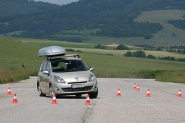 Auto obchádzalo simulovanú prekážku v rýchlosti 59 km/h s maximálnym povoleným zaťažením strechy a strešného boxu udávaných výrobcom. Uprostred prudkého manévra sa box vysunul z koľajníc a odletel od auta preč.