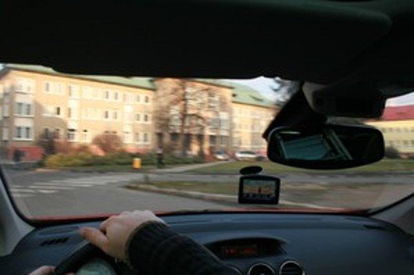 Kľúčovým momentom v používaní navigácie nie je ani tak jej umiestnenie, ako venovanie pozornosti riadeniu vozidla.
