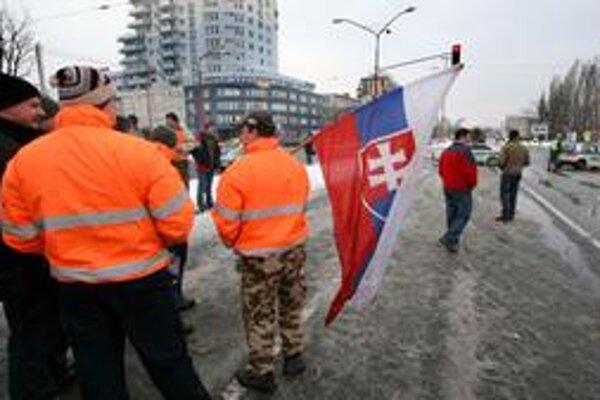 """Vodiči nákladných áut, ktorí vo štvrtok ráno dorazili do Bratislavy a skomplikovali dopravu v hlavnom meste, chceli urobiť """"spanilú jazdu Bratislavou"""". Ich protest ukončili policajti, ktorí kolónu pomaly sa presúvajúcich kamiónov zastavili na križovat"""