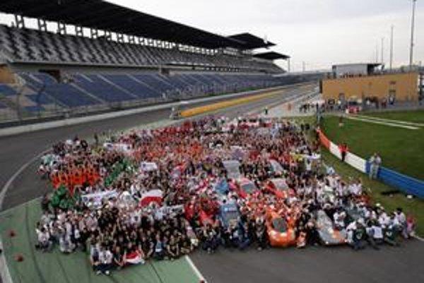 """Spoločná fotografia všetkých zúčastnených na """"pretekoch úspornosti palív"""" v roku 2009."""