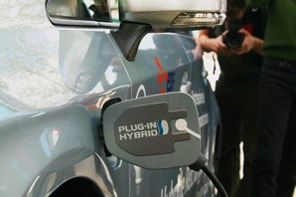 Načerpanie elektrickej energie na ulici bude v blízkej dobe realitou. Vodič si cez mapy v telefóne vyhľadá najbližšiu stanicu, zaparkuje a počas práce alebo nákupov začne nabíjať.
