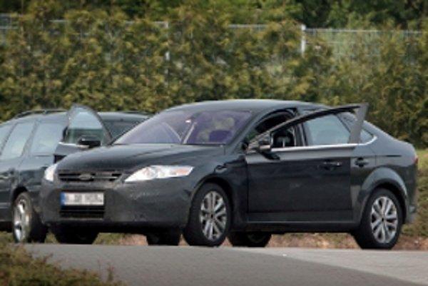 """""""Opustený"""" prototyp modernizovaného Fordu Mondeo pred testovacím centrom Ford - Land Rover, neďaleko okruhu Nürburgring."""