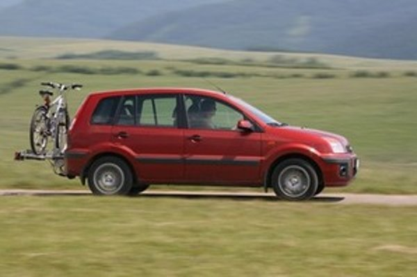 Auto je v porovnaní so strešným nosičom stabilnejšie v zákrutách a menej citlivé na bočný vietor.