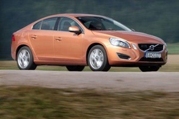 Nové Volvo S60 navonok nesie klasické črty značky, ale už nepôsobí ako auto pre dôchodcov. Navyše výborne jazdí a sleduje premávku namiesto vodiča.