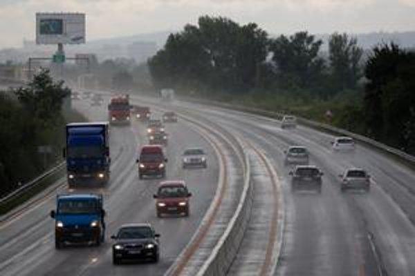 Prvá smrteľná nehoda na rozšírenej diaľnici primala ministra dopravy k úvahe, že v pravom pruhu treba povoliť len osemdesiatku.