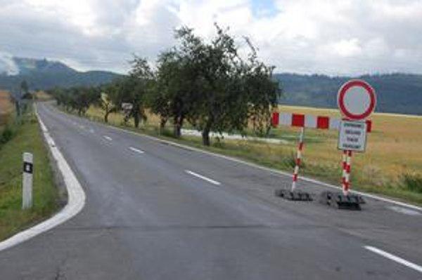 Zákaz vjazdu. Z Popradu sa na Dubinu či do Hranovnice bežnou cestou nedostanete. Musíte si zvoliť 14-kilometrovú obchádzku cez Spišské Bystré.
