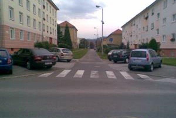 """Adrian: """"Na jednej nie veľmi frekventovanej ulici v Žiari nad Hronom parkovali dve autá, pričom stáli z obidvoch strán na chodníku pred priechodom pre chodcov. Na druhej strane cesty bolo parkovisko skoro úplne prázdne."""""""