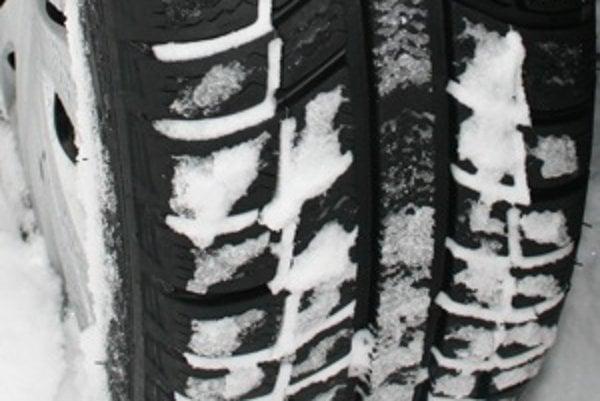 Samozrejme, že pri nižšej maximálnej rýchlosti pneumatík než je rýchlosť auta, nesmie šofér prekročiť rýchlosť plášťov.