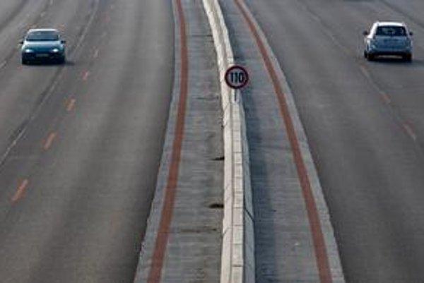 Vodiči jazdia stredným pruhom, hoci by sa mali držať vpravo.