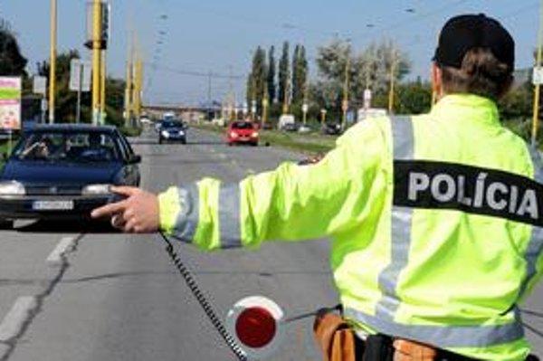 Policajti by mali autá zastavovať v reflexných vetrovkách a nie v civile, myslí si dopravný expert.