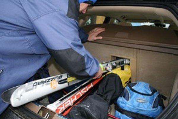 Voziť lyže v aute sa oplatí dvom, nanajvýš trom lyžiarom. Pre rodiny a plne obsadené auto je najlepší a najbezpečnejší prevoz na streche. V žiadnom prípade neprevážajte lyže bez lyžiarskeho obalu.