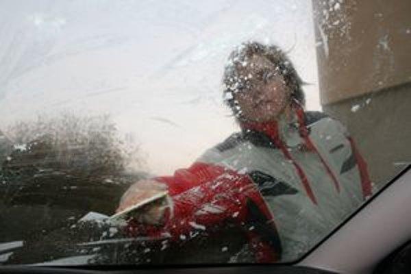 Pred oškrabaním okna je dobré auto naštartovať a po očistení okien pomaly odísť.