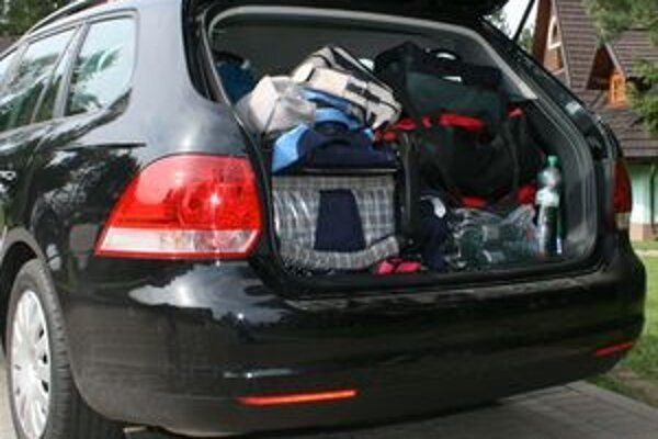 Pri nakladaní vecí do kufra treba mať na pamäti pohodlný dosah autolekárničky a výstražného trojuholníka.