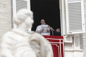 Pápež meškal na omšu niekoľko minút.