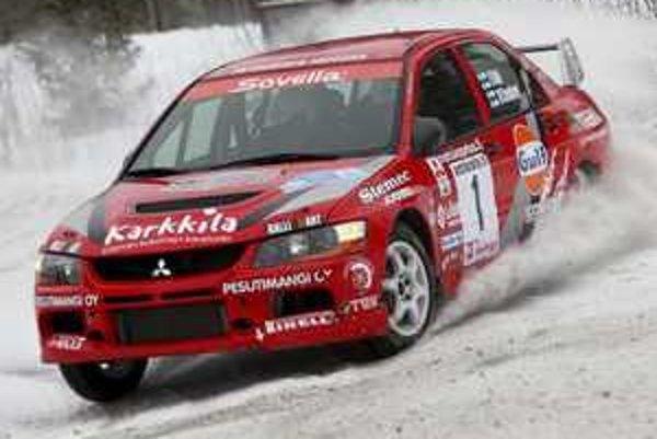Na snehu kraľujú Mitsubishi Evo IX. Majstri sveta v F1 sa musia uspokojiť  s druhou desiatkou v celkovom poradí. Najrýchlejší je Juha Salo.