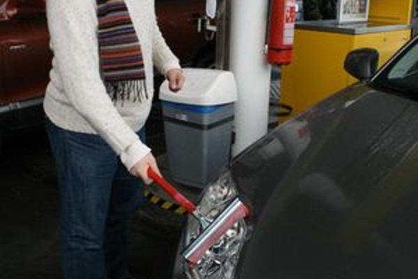 Popri čerpaní paliva nezabudnite na čisté reflektory. Najmä na cestách udržiavaných