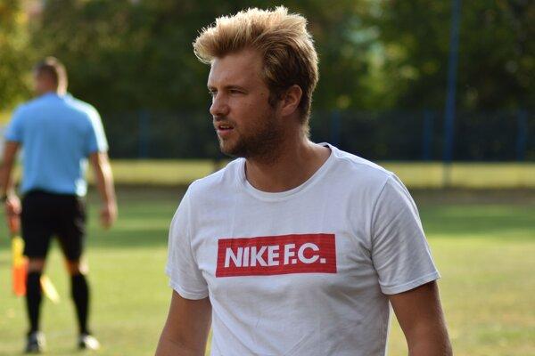 Tréner Čane Matej Čobík-Ferčík v závere súboja proti Medzevu vybehol aj na trávnik ako hráč.