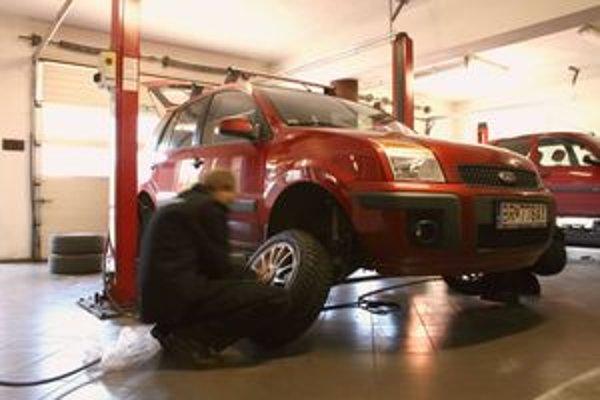 V pneuservisoch pribúda áut s poškodenými kolesami a podvozkom. Náklady na opravu sa najľahšie riešia cez havarijnú poistku.