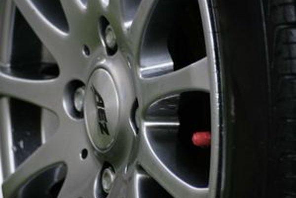 Veľa motoristov si po prezutí auta v pneuservise tlak neskontroluje až kým nepríde k ďalšej sezónnej výmene.