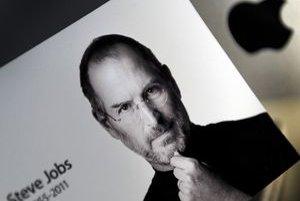 Portrét Steva Jobsa v jednom z bratislavských obchodov Apple.