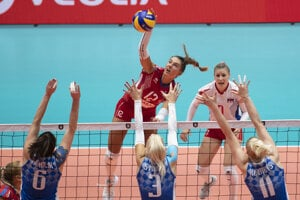 Michaela Španková (vpravo) v zápase D-skupiny ME vo volejbale žien Slovensko - Bielorusko.