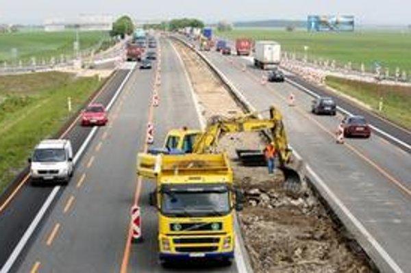 Na štyroch niekoľkokilometrových úsekoch sa jazdí v dvoch zúžených pruhoch v oboch smeroch. Stred cesty je rozkopaný.