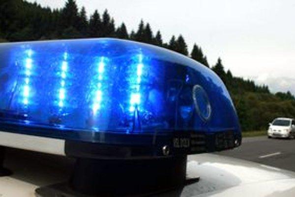 Vozidlá s modrými a červenými majákmi slúžia na ochranu života, zdravia a majetku.