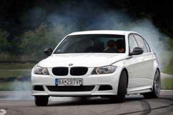 Podvozok každého BMW má niečo do seba. Po vyladení v BMW Performance zaujme ešte viac. Zostava je vhodná na víkendové jazdenie po okruhoch.