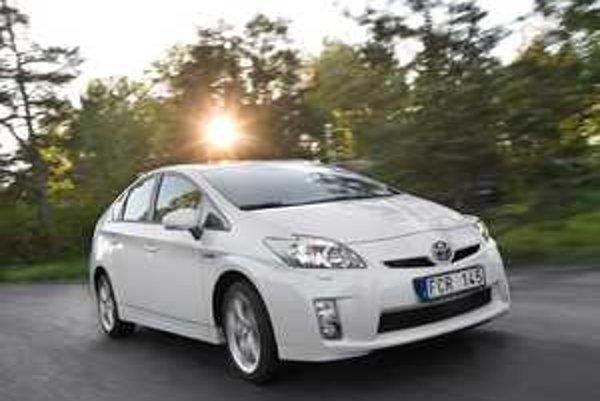 Nový Prius je napohľad pekné auto, najmä v bielej perleťovej farbe. Dokonca si dovolíme tvrdiť, že je to najkrajšia Toyota.
