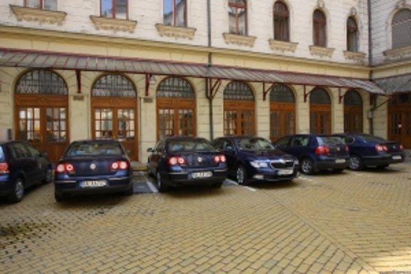 Autá manažérov Slovenskej pošty môžu ísť aj do zákazu. Majú policajnú výnimku.