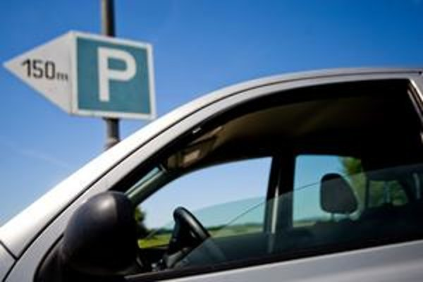 V horúčave zvyknú niektorí vodiči nechať pootvorené okno. Ich povinnosťou však je auto zaistiť tak, aby sa dovnútra nemohol nikto dostať.