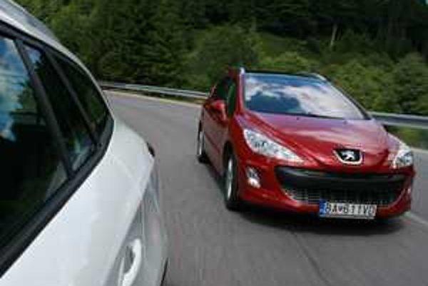 Dnešné kombi nižšej strednej triedy vyzerajú a jazdia tak dobre ako krátke verzie. Renault  zaujme cenami, Peugeot ponúka praktické riešenia  takmer na úrovni kompaktného vanu.