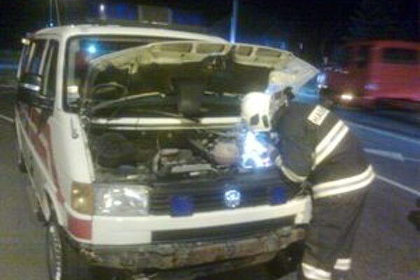 Hasiči z Liptovského Mikuláša autá zabezpečili proti požiaru.