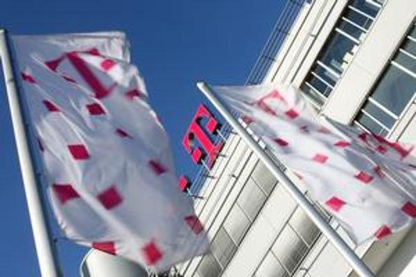 Zahraniční akcionári dvoch najväčších mobilných operátorov na Slovensku sa zatiaľ nerozhodli, či budú Slovensko pre licencie žalovať.