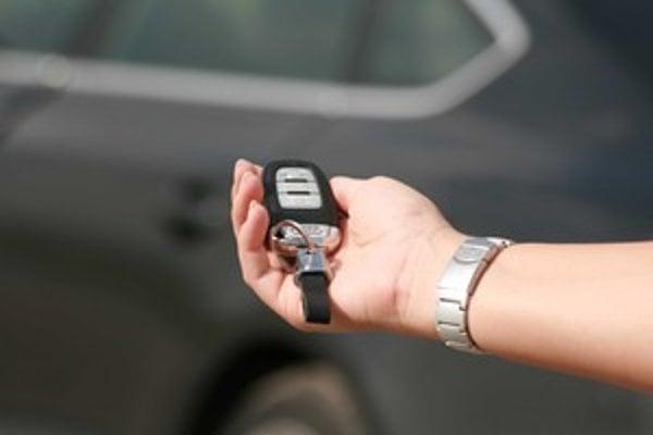 Bezkľúčové zamykanie zjednodušilo obsluhu a znížilo riziko, že si vodiči zabuchnú kľúče v aute. Stále je to pomerne drahý prvok vyššej výbavy alebo štandard v drahých autách.