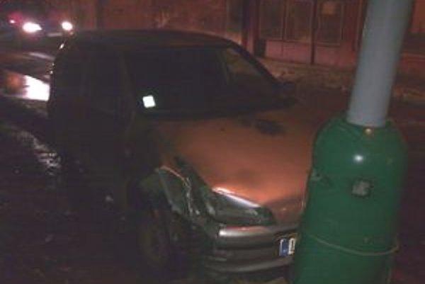 Mladý muž bez vodičského preukazu nezvládol riadenie a narazil do lampy.