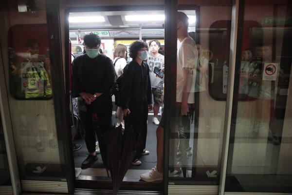 Prodemokratickí demonštranti ochromili v pondelok ráno hongkonské metro a začali tak ďalší deň protestov.