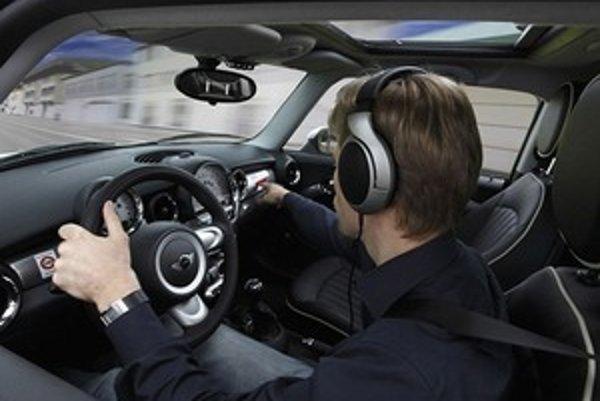 """Zvuk motora sa prepína tlačidlami na klávesnici pripevnenej o palubnú dosku. """"Tónina a charakter melódie"""" sa dá meniť aj počas jazdy."""