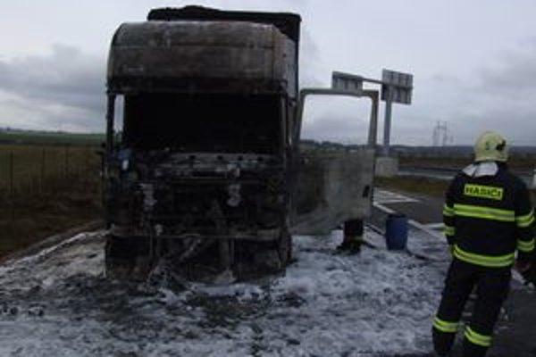 Kabína kamióna zhorela do tla, vodič sa pri požiari nezranil.