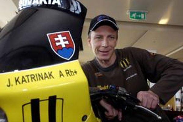 Jaro Katriňák. Neobyčajne skromný motocyklový pretekár, ktorý dosiahol najväčší úspech slovenského motoristického športu v histórii a napriek tomu sa doma nehrá na veľkú hviezdu.
